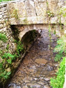 Local bonito onde pontifica o único vestígio medievo da Agualva
